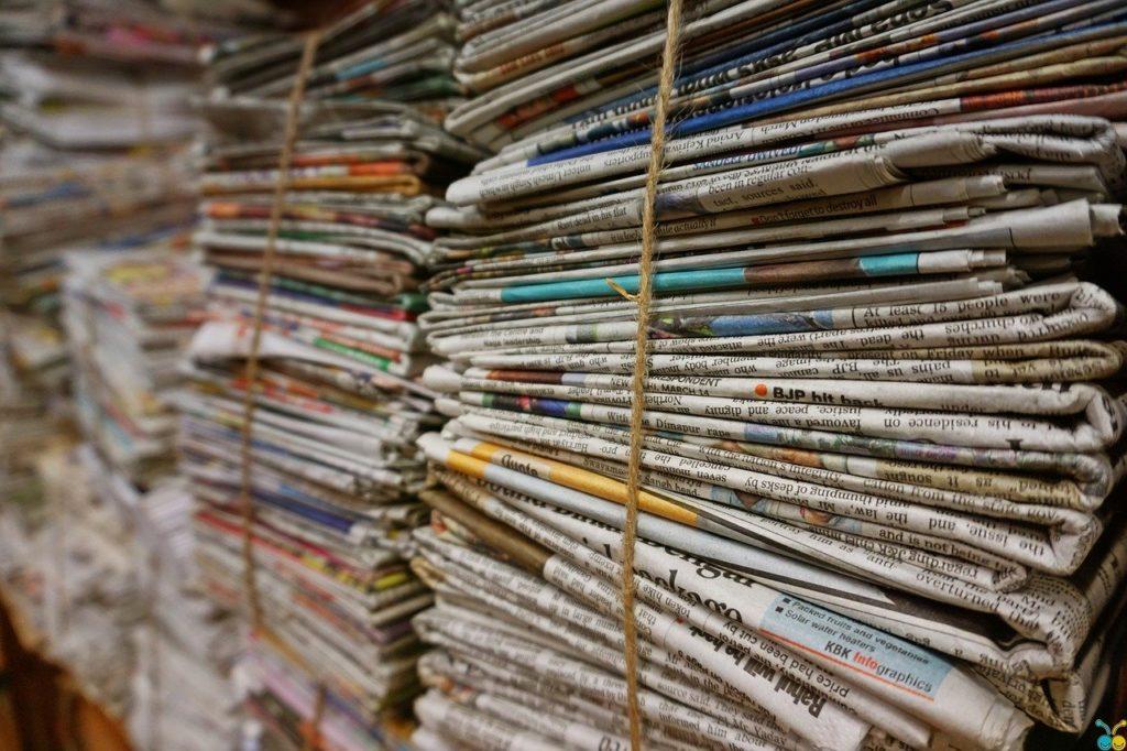 gazety na półkach